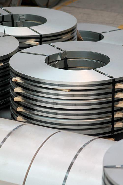 En Stripsteel ofrecemos servicios de valor agregado a la venta de acero en láminas como el Rolado de perfiles y centro de servicio. Contáctanos.